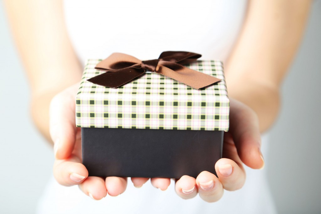 woman's hands holding gift box